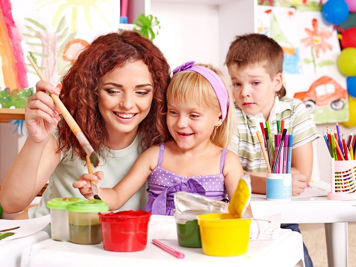 Maestro pintando con sus alumnos y descubriendo el aprendizaje